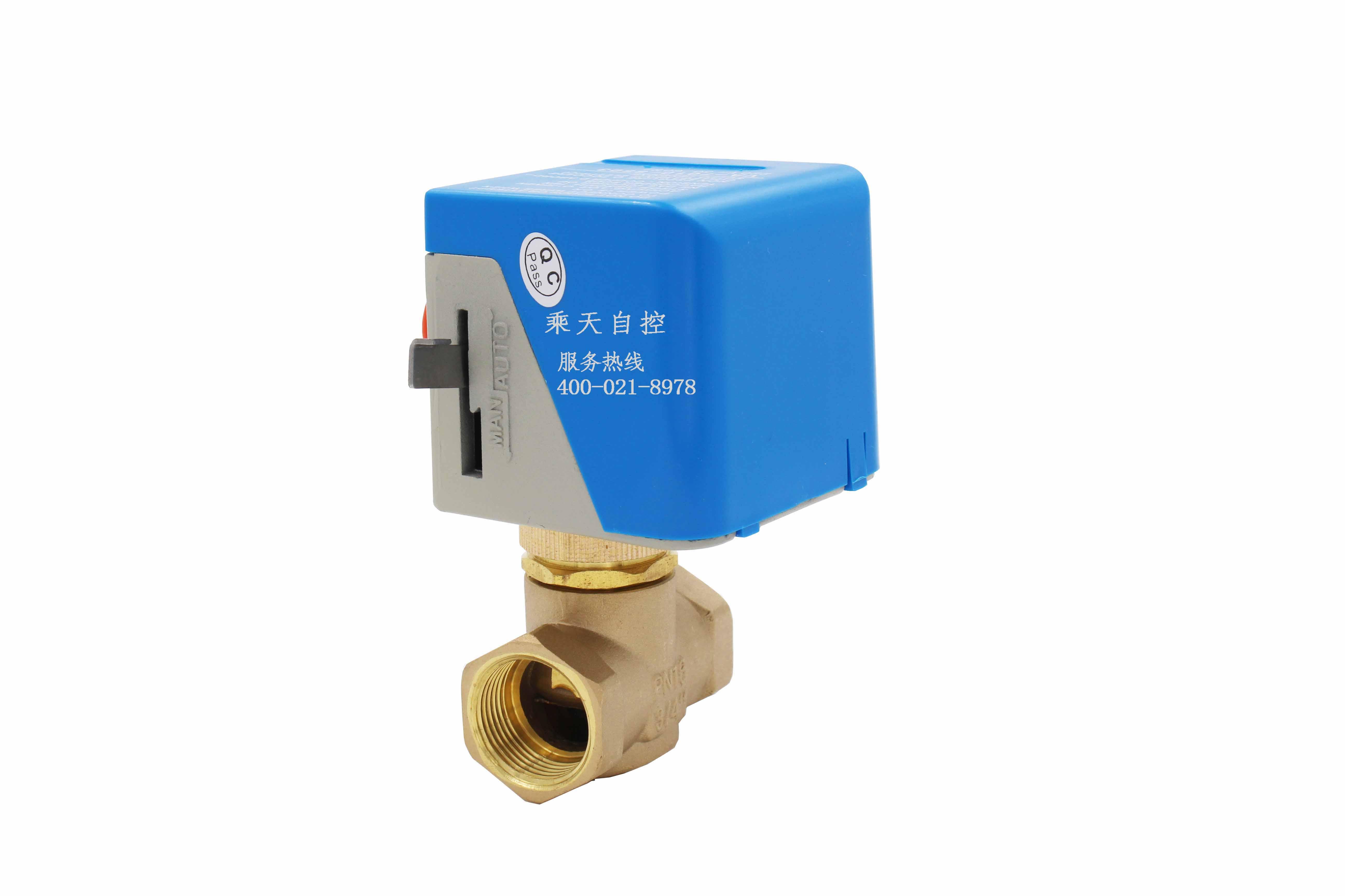 产品概述 VA7010系列风机盘管电动阀适用于风机盘管水流通断控制,产品由VA7010系列阀门驱动器和VA7010系列铜阀组成。驱动器由单向磁滞同步电机驱动,具备弹簧复位及手动开阀杠杆操纵功能。阀门不工作时处于常闭状态,当需要工作时,由温控器提供一个开启信号,使电动阀接通交流电源而动作,开启阀门,冷冻水或热水进入风机盘管,为房间提供冷气或暖气;当室温达到温控器设定值时,温控器令电动阀断电,复位弹簧使阀门关闭,从而截断进入风机盘管的水流。通过阀门关闭或开启,使室温始终保持在温控器设定的温度范围内。